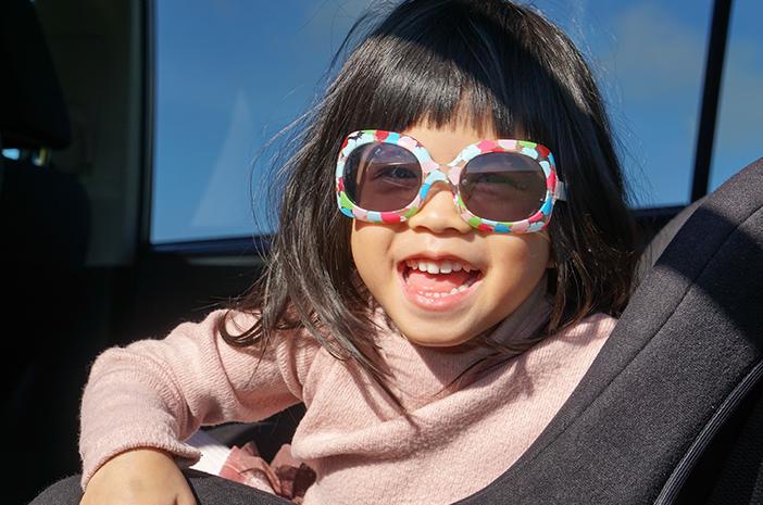 ini 4 alasan anak juga perlu pakai kacamata hitam sejak dini