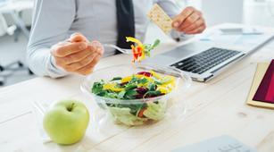Makan Siang di Meja Kerja Bisa Kena Pembekuan Darah di Pembuluh Vena