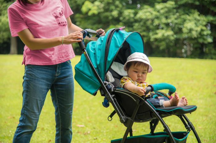 Agar Tak Rewel, Begini Tips Membawa Bayi Jalan-Jalan