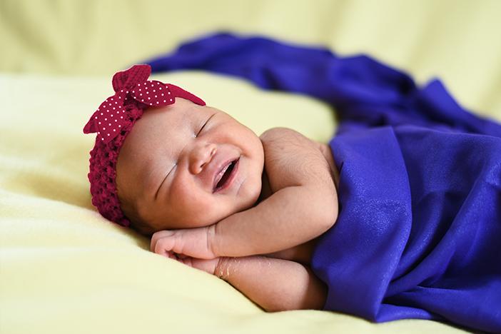 Bayi tersenyum saat tidur, bayi tersenyum