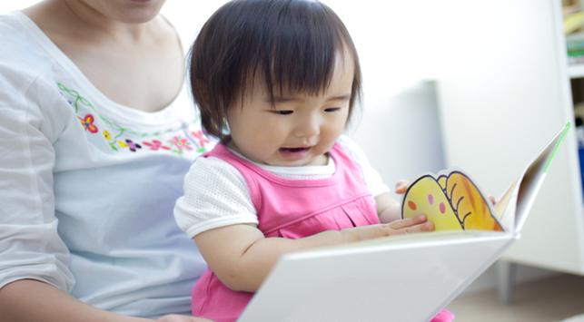Ketahui Tahapan Perkembangan Bahasa pada Bayi
