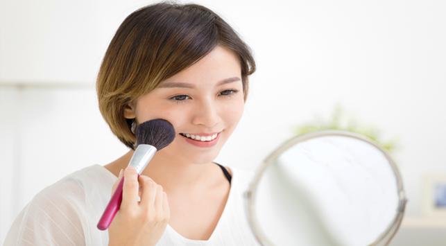 Punya Alergi Makeup? Tetap Cantik dengan Trik Dandan Ini