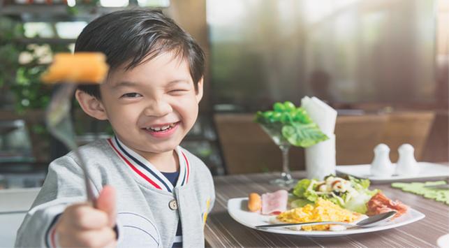 5 Trik Bentuk Pola Makan Sehat Si Kecil