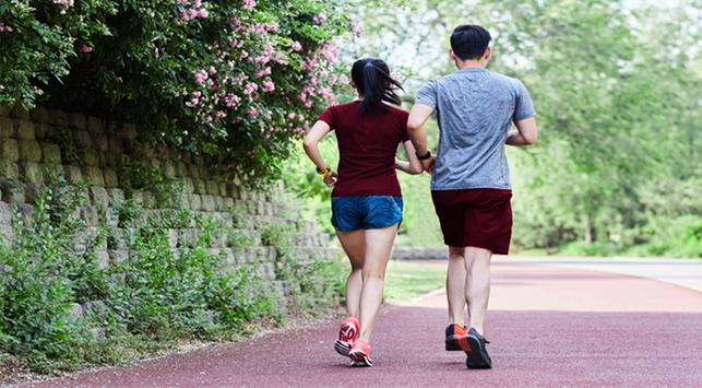 Lebih Baik Mana: Lari Pakai Alas Kaki atau Tidak?