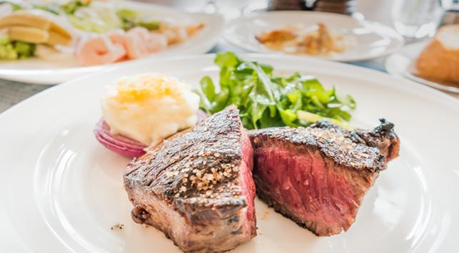 Lebih Baik Mana, Makanan Berat atau Makanan Manis Saat Buka Puasa?