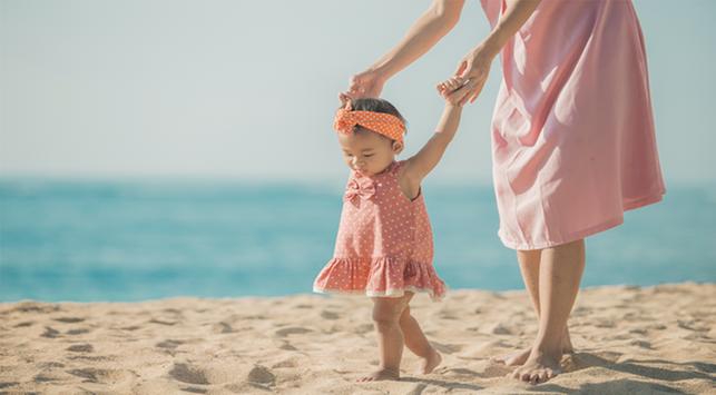7 Cara Melatih Anak Berjalan