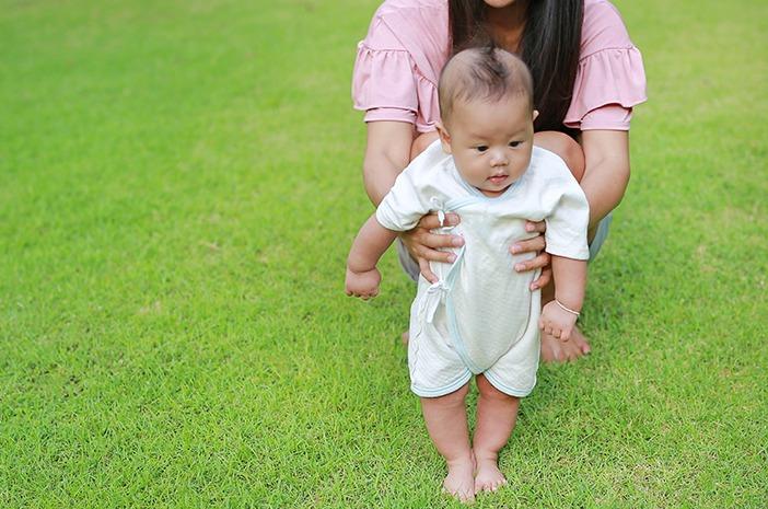 Anak belajar berjalan, tips melatih anak berjalan