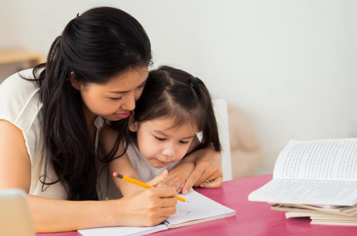 7 tips agar lebih maksimal saat membantu anak mengerjakan pr