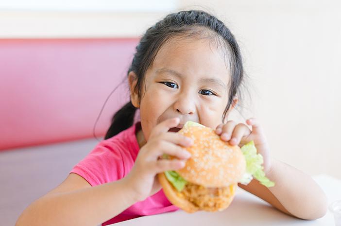 junk food tingkatkan risiko tinggi kolesterol pada anak