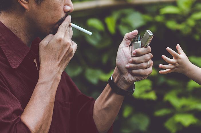 Orangtua Perokok Berisiko Tularkan Kebiasaan Merokok pada Anak di Usia Dini