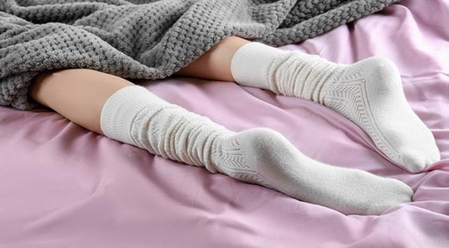 tidur menggunakan kaus kaki