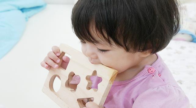 kebiasaan bayi memasukkan benda ke mulut