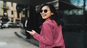 Bukan Supaya Keren, Ini 4 Manfaat Pakai Kacamata Hitam