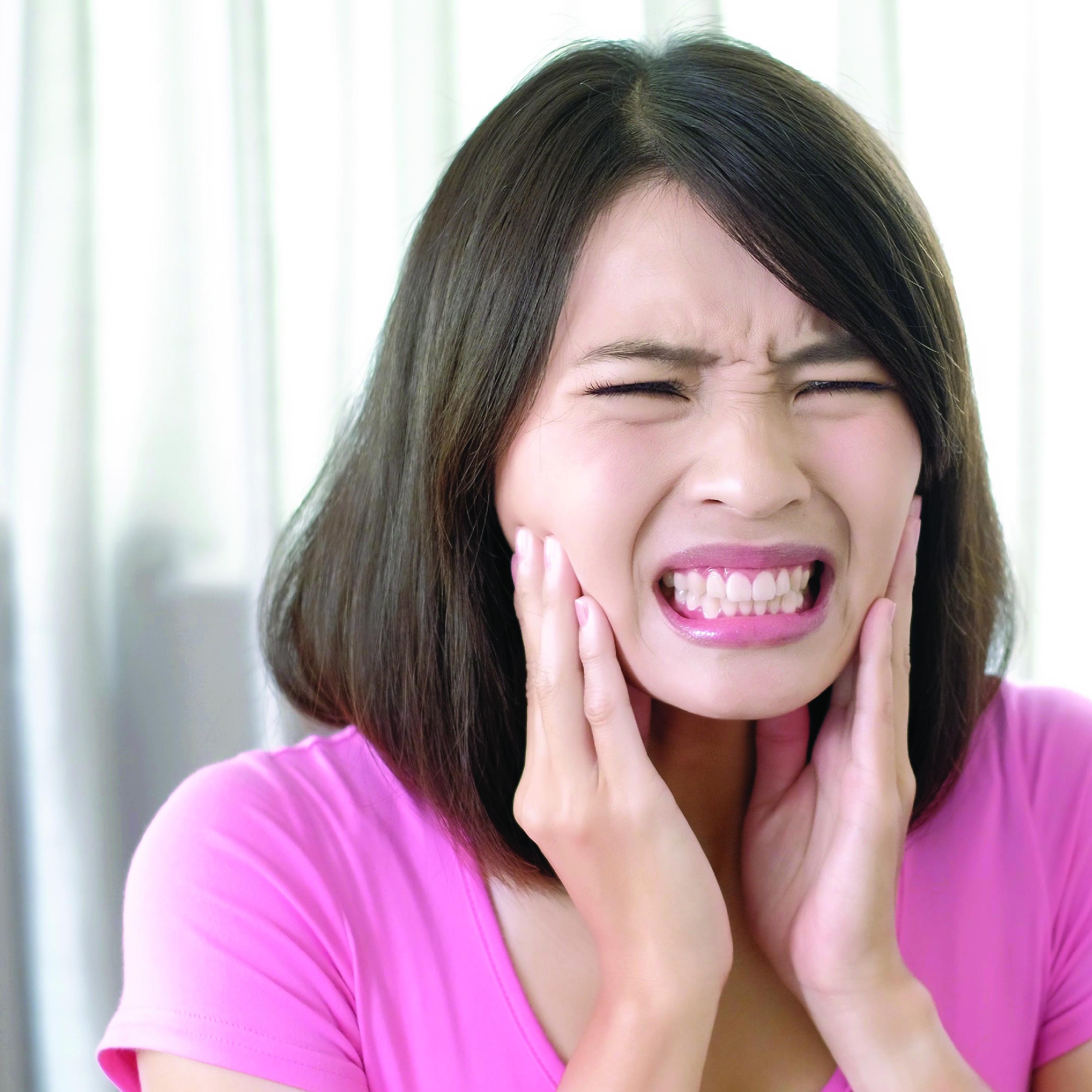 Gigi sensitif, kebiasaan buruk yang memicu gigi sensitif