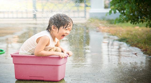 Manfaat bermain air bagi anak, tips aman bermain air bagi anak, anak suka main air