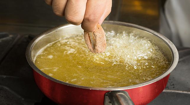 Pertolongan pertama saat terciprat minyak panas, terciprat minyak panas, kecipratan minyak panas