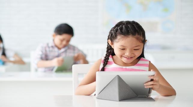 anak konsentrasi belajar di sekolah