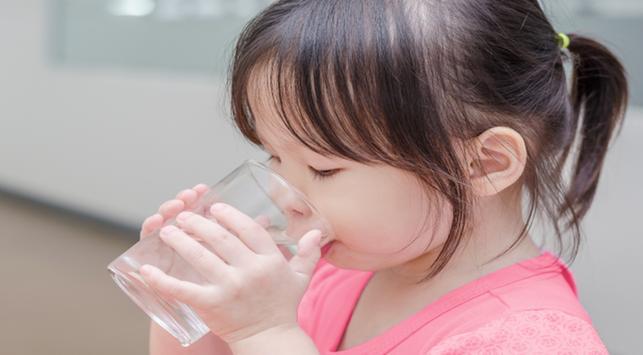 minum air putih,kebiasaan minum air putih,membiasakan minum air putih