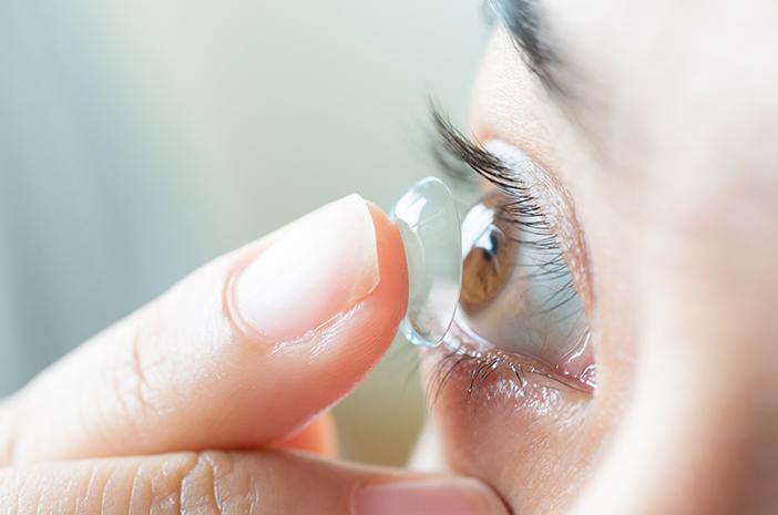 Penggunaan Lensa Kontak Bisa Bikin Mata Silinder Makin Parah?