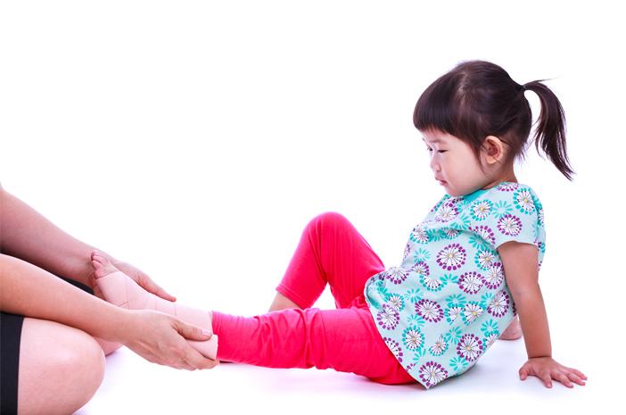 Pertolongan Pertama Mengatasi Keseleo pada Anak