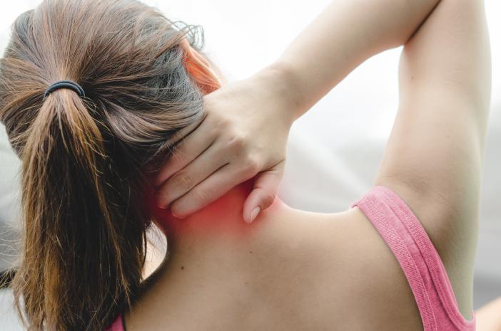 4 Tips Mencegah Sakit Leher yang Disebabkan Salah Bantal